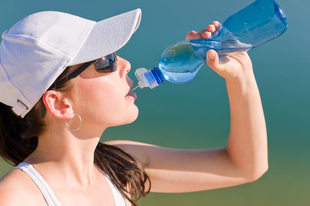 Summer sport fit woman drink water bottle